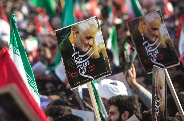1月6日,在伊朗首都德黑兰,伊朗民众为苏莱曼尼送行。新华社 图