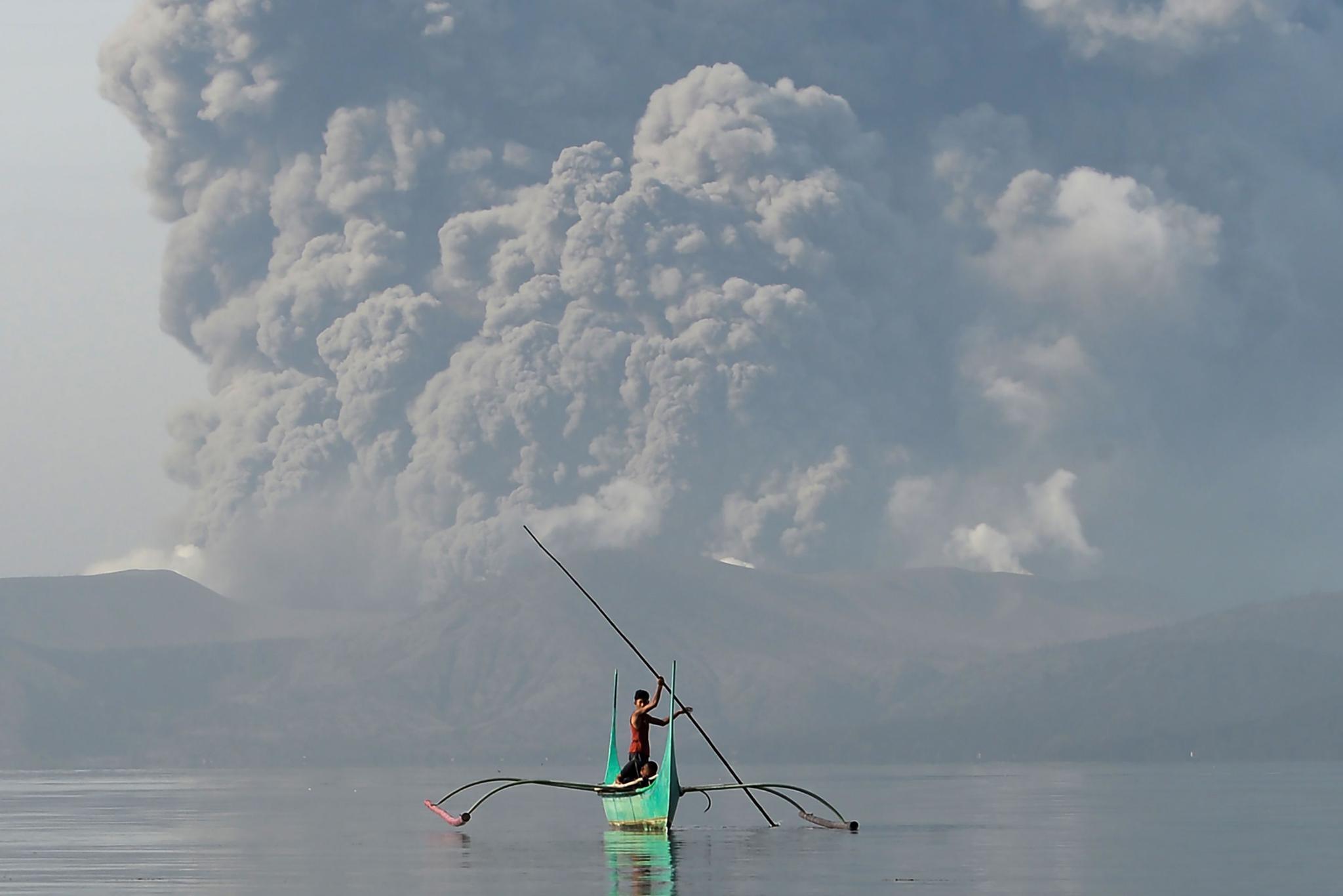 ▲1月13日,在菲律宾八打雁省塔纳万,塔阿尔火山喷出大量火山灰。|新华社