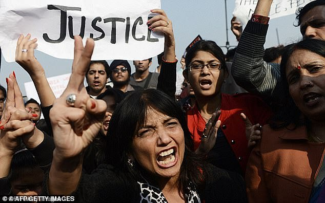 在印度示威的人们(图源:每日邮报)