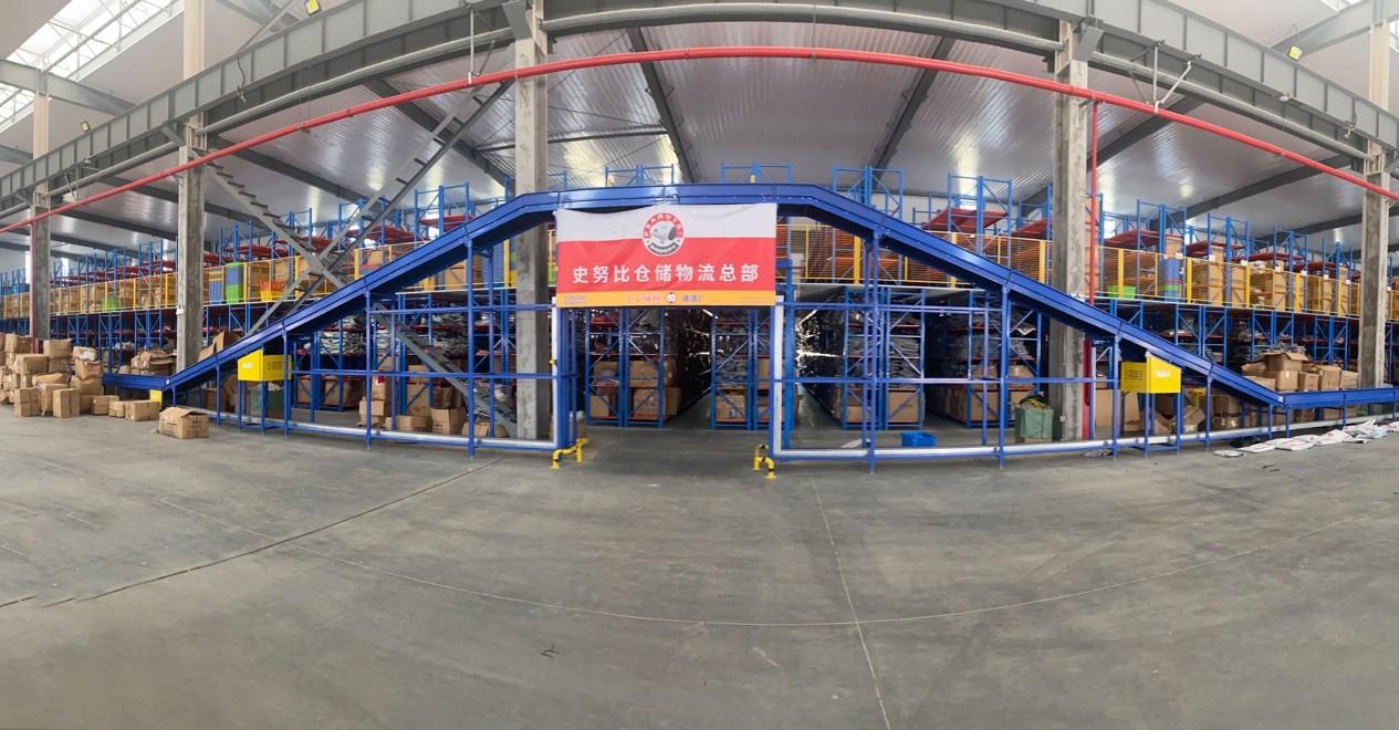 ▲史努比仓储物流总部内,工作人员正在紧锣密鼓地打包商品发往全国各地。(穆功 摄)
