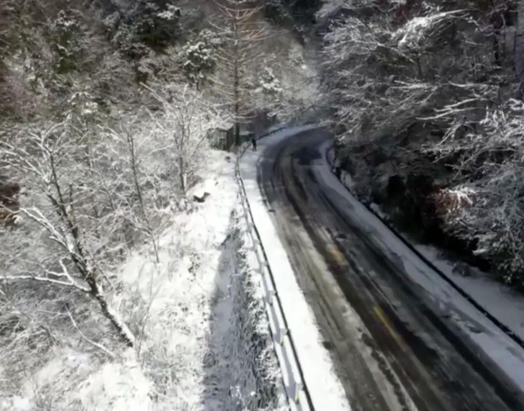 ▲铺设热融除冰系统的路面与山上积雪形成明显对比(视频截图)