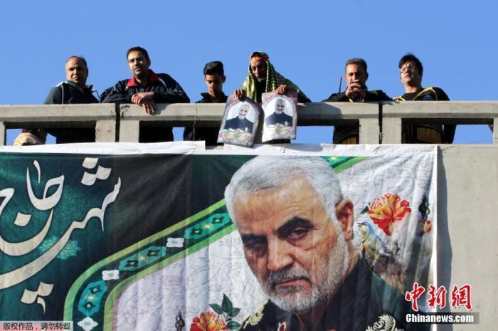"""资料图:当地时间1月7日,伊朗指挥官苏莱曼尼的遗体运抵其家乡克尔曼,赶来哀悼的民众和此前一天在德黑兰一样多,现场""""人山人海""""。"""