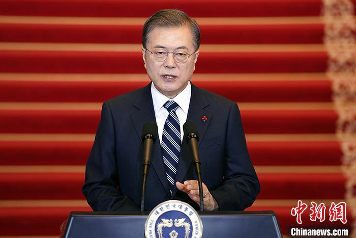 1月7日,韩国总统文在寅在首尔发表新年致辞称,将力促韩中关系发展,推动韩朝合作,为重启朝美对话而努力。 青瓦台供图