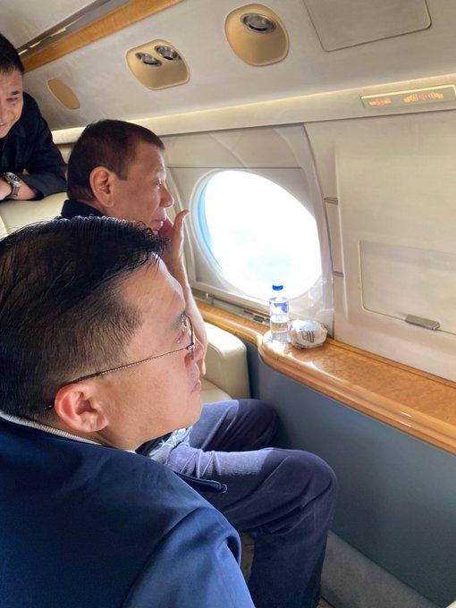 杜特尔特在飞机上透过窗户观望火山喷发的情况。(图:ABS-CBN)