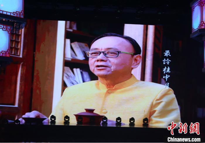 图为泰国驻南宁总领事馆原总领事蔡乐·蓬蒂窝拉卫朗诵中国诗乐《月之组曲》 林浩 摄
