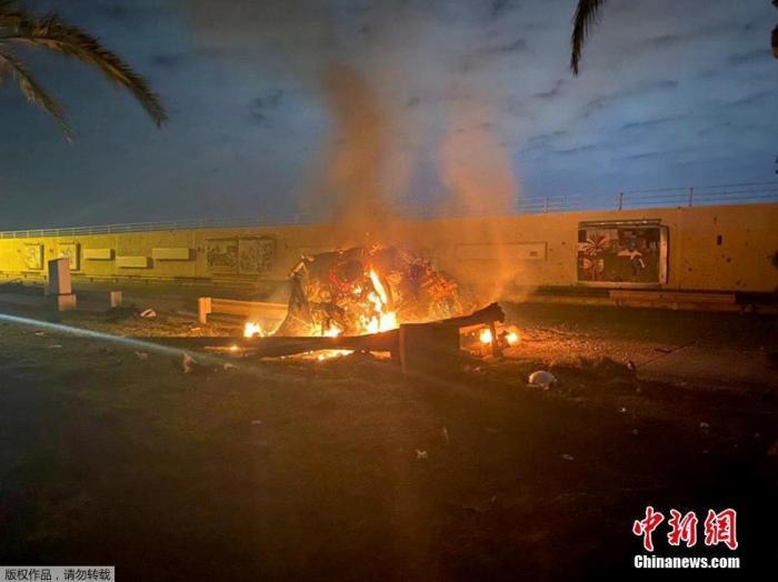 当地时间1月3日凌晨,据伊拉克安全部门发布的声明,巴格达国际机场附近遭到3枚导弹袭击,两部车辆被炸毁,伊拉克人民动员组织领导人穆罕迪斯与伊朗伊斯兰革命卫队领导人苏莱曼尼在空袭中身亡。图为巴格达国际机场附近遭到导弹袭击现场。