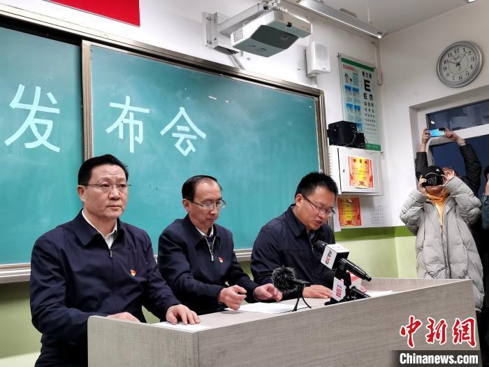 图为西宁市官方14日22时许召开新闻发布会。 张添福 摄