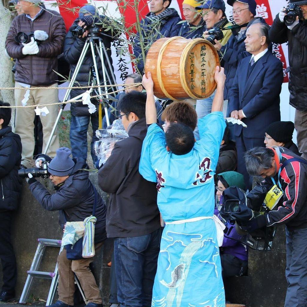 对将被泼冷水毫无察觉的摄影师(福岛民报)