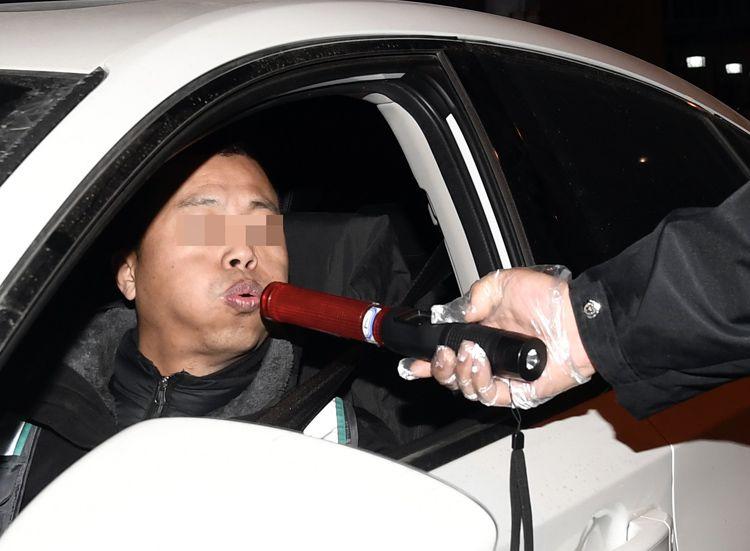 北京交警夜查酒驾 2小时查获涉酒司机43人|组图