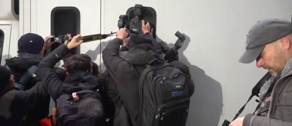 维基解密创始人阿桑奇再度露面,支持者大喊:你的自由就是我们的自由