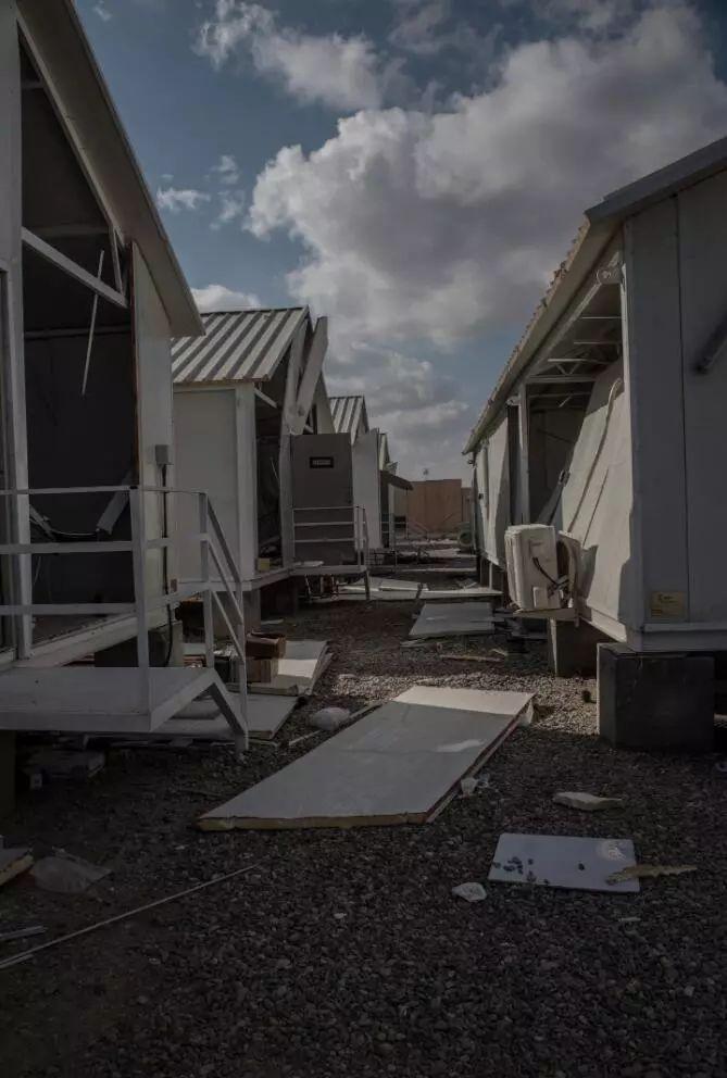 美军宿舍简易房被爆炸冲击破震碎