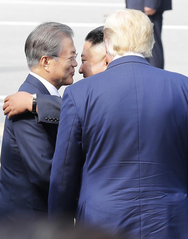 2019年6月30日,朝韩领导人在板门店见面后相互拥抱。(韩联社TV)