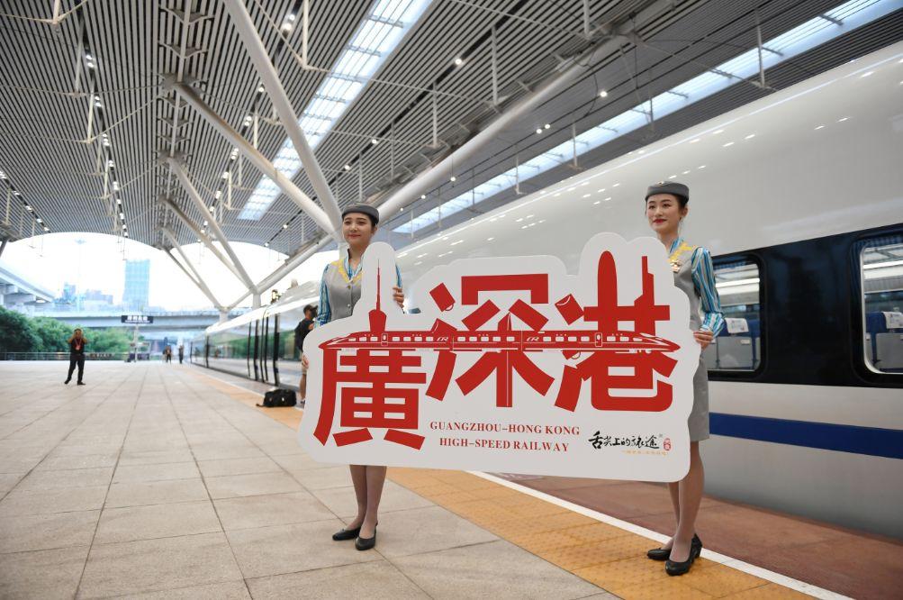 ▲G5711次高铁列车乘务员在深圳北站留影(新华社发)
