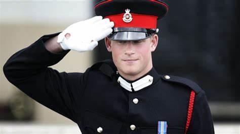 哈里王子拥有维多利亚女王勋章,要放弃王室待遇,女王很头疼