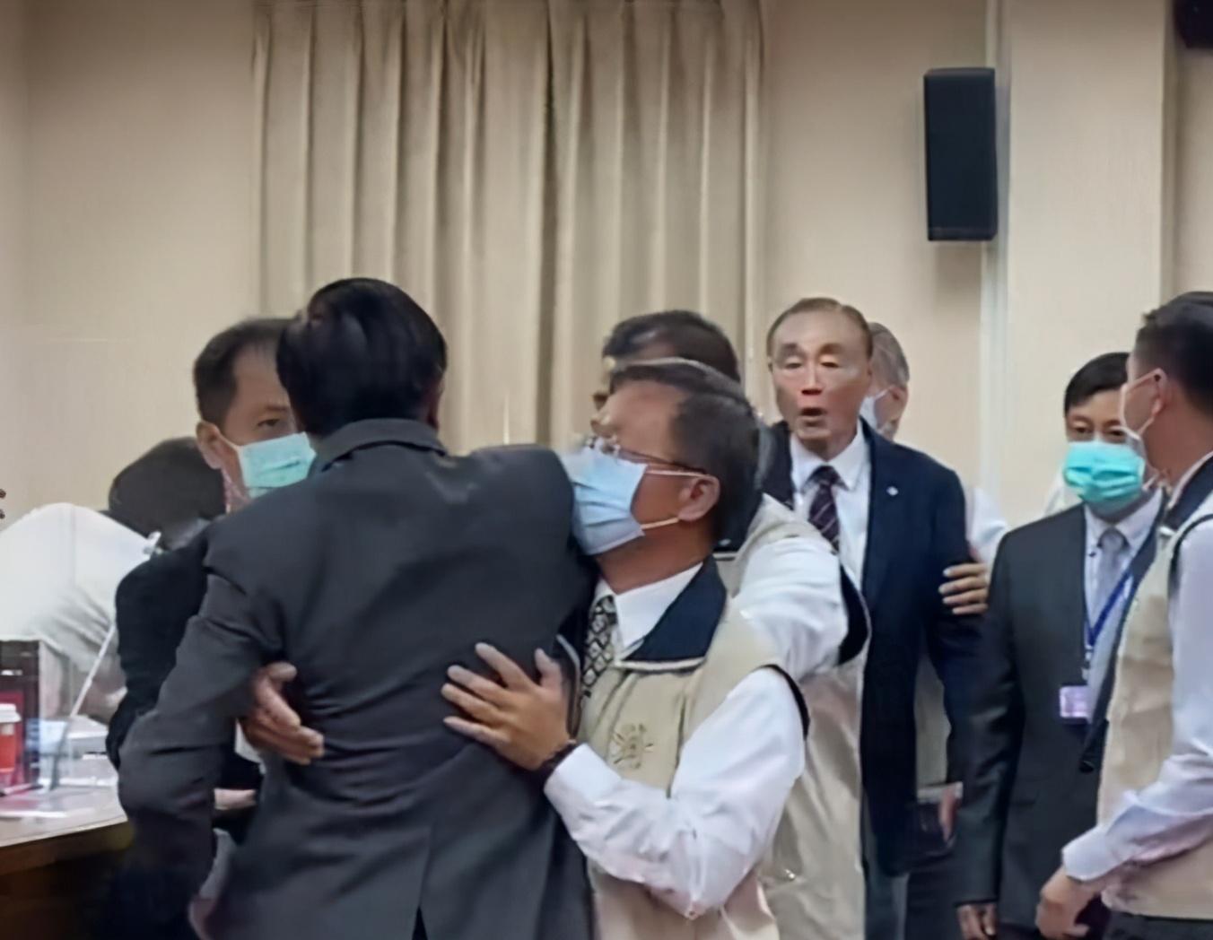 郑天财与冯世宽争执(台媒)
