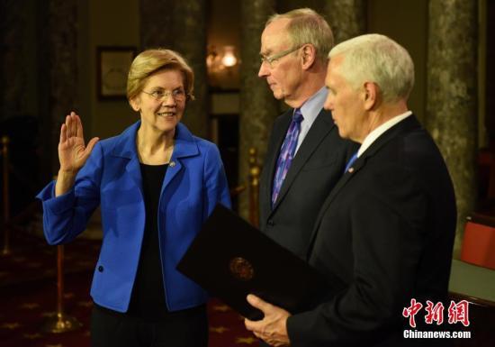 资料图:美国民主党女参议员伊丽莎白·沃伦(左)。中新社记者 陈孟统 摄