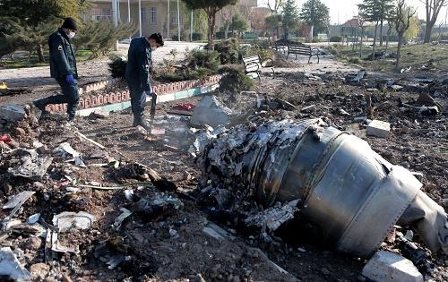 2020年1月8日,在伊朗德黑兰霍梅尼国际机场附近,救援人员在坠机现场工作。 新华社发