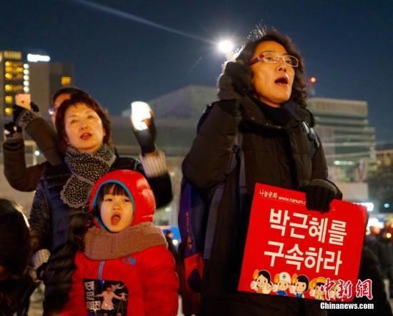 """韩国民众举行""""亲信干政""""事件后第七轮大规模集会,要求朴槿惠下台。中新社记者 吴旭 摄"""