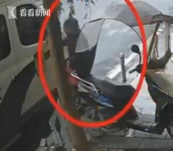 男子偷偷往警车放下一塑料袋 民警打开后惊了