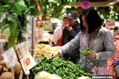 资料图:市民挑选新鲜蔬菜。孙睿 摄