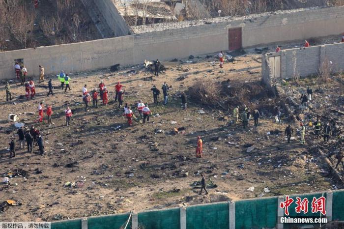 当地时间1月8日,原计划飞往基辅的乌克兰PS752航班从伊朗德黑兰霍梅尼国际机场起飞不久后坠毁,客机上人员全部遇难。图为客机坠毁现场。