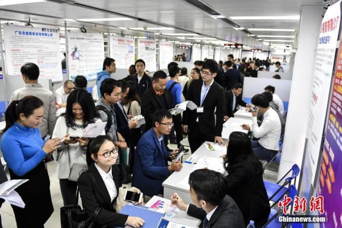 资料图:2017年2月7日,求职者来到广州南方人才市场应聘。 中新社记者 陈骥旻 摄