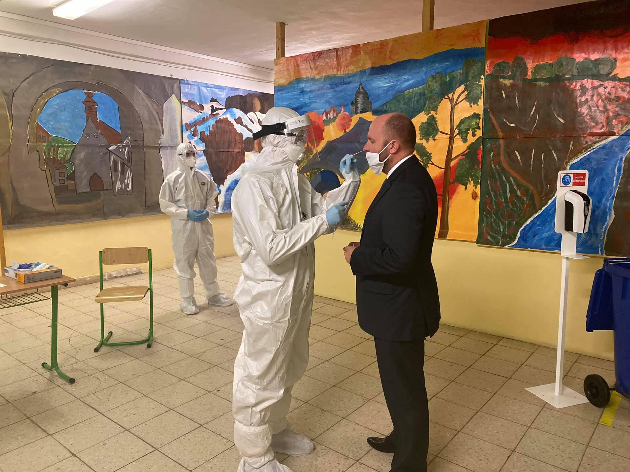 斯洛伐克国防部长因接触新冠病毒感染者开始隔离