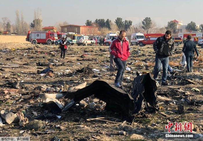 1月8日,一架载有167名乘客和9名机组人员的乌克兰客机,在伊朗霍梅尼国际机场附近坠毁。图为飞机坠毁现场一片狼藉。