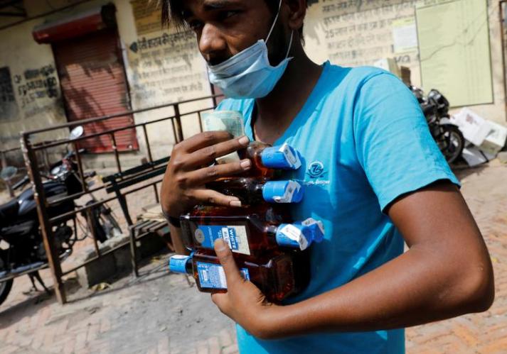 """印度4天内现20起""""不寻常死亡"""" 警方:可能喝了假酒"""