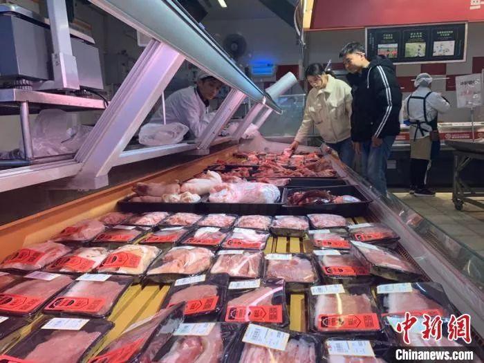 资料图:12月27日,市民在长沙市天心区一家超市选购猪肉。 鲁毅 摄
