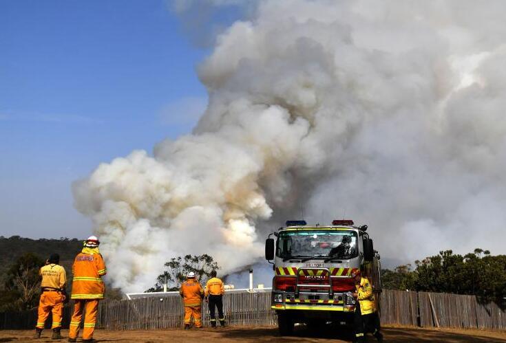 (1月10日,美国宇航局的卫星观测到澳洲林火把巨量的烟雾投放到大气中,烟雾随后向东面扩散。图源:法新社)