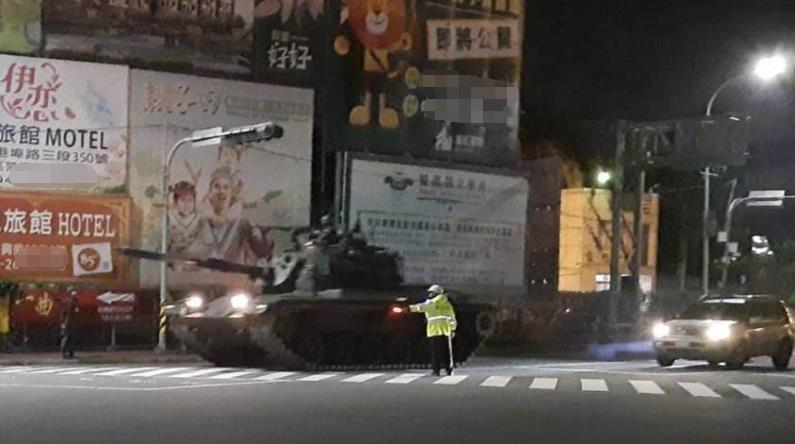 台军战车车队凌晨再驶上台中街头 岛内民众吓一跳图片