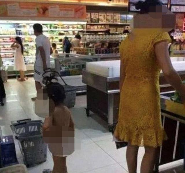 """""""无知""""妈妈带女儿逛街,看见女儿""""全裸""""路人纷纷闪躲:不雅观"""