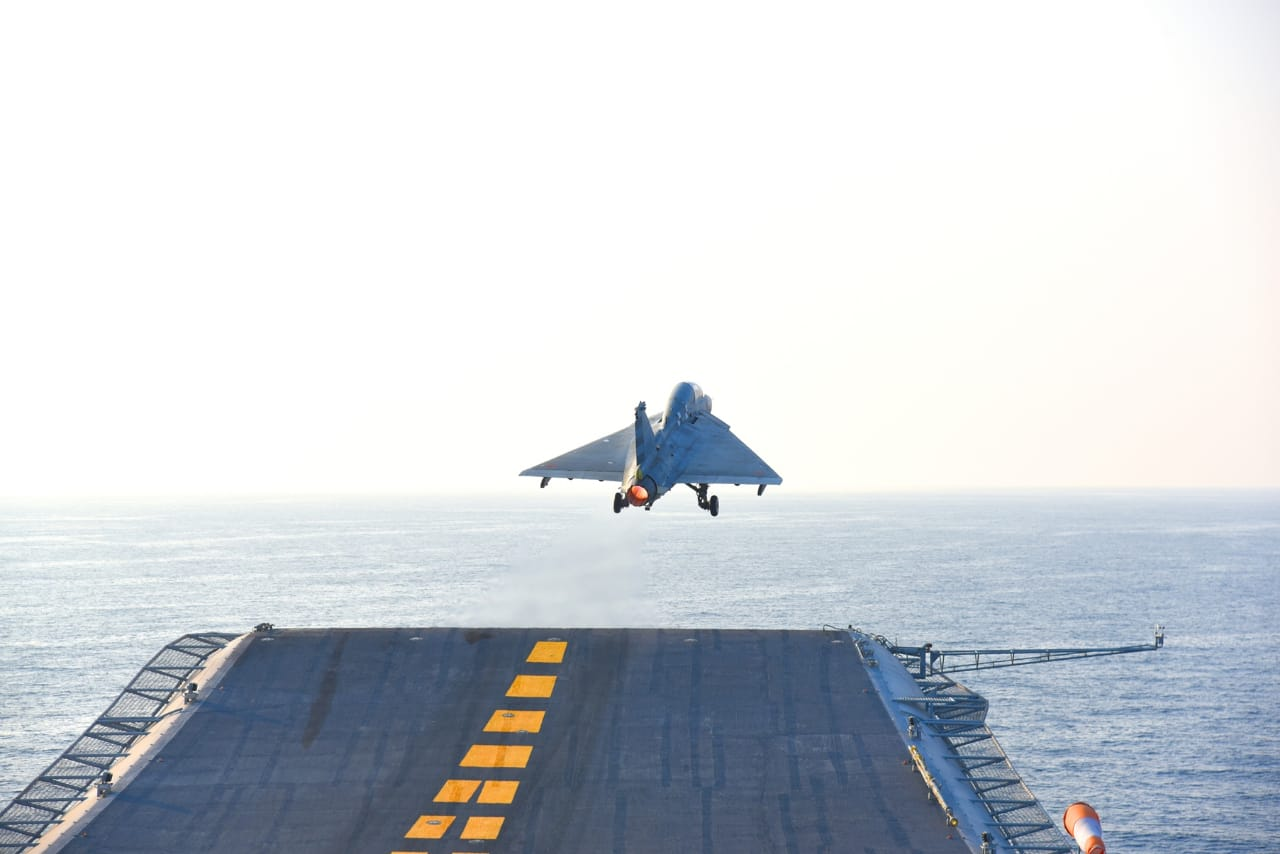 """LCA """"光辉""""舰载机首次在印度海军""""维克兰马蒂亚""""号航母滑跃起飞"""