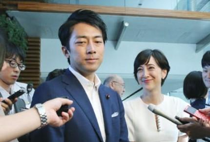 小泉进次郎与妻子泷川克里斯汀(图:日经中文网)