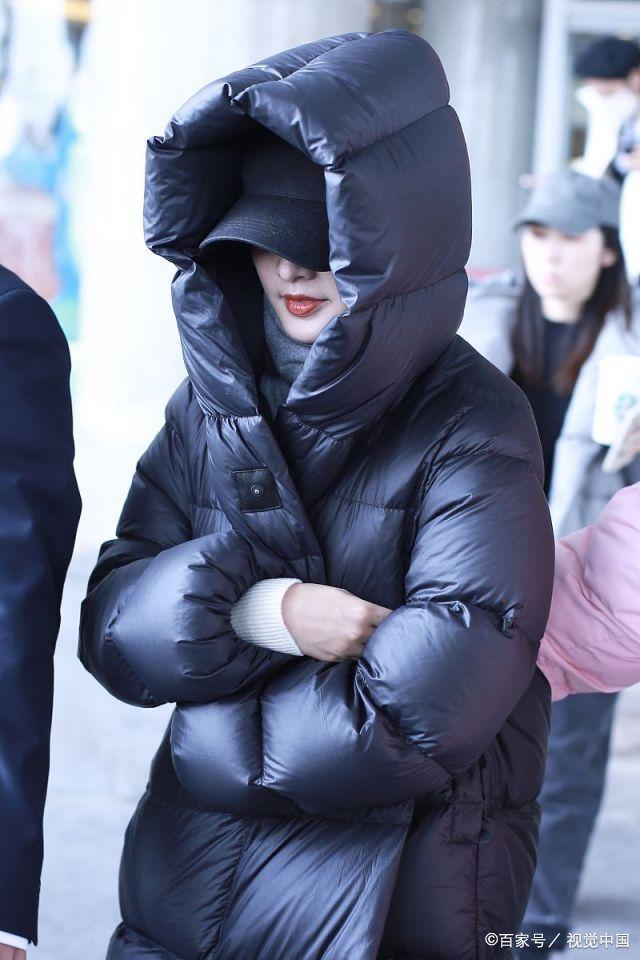 李沁现身春晚第二次联排,黑色羽绒服包裹严实,妆容精致低头浅笑