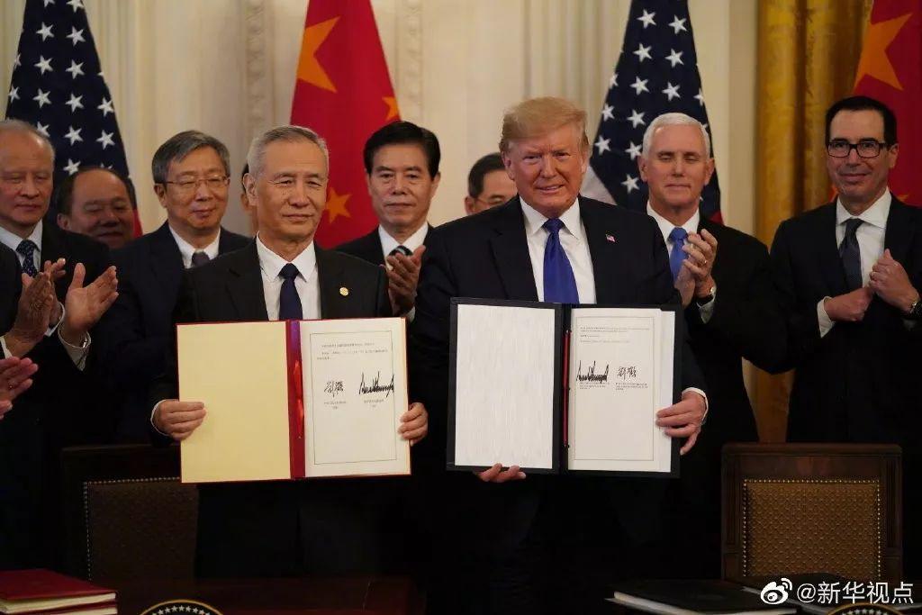 签署仪式现场图:刘鹤(左)与特朗普(右) 图源:新华社