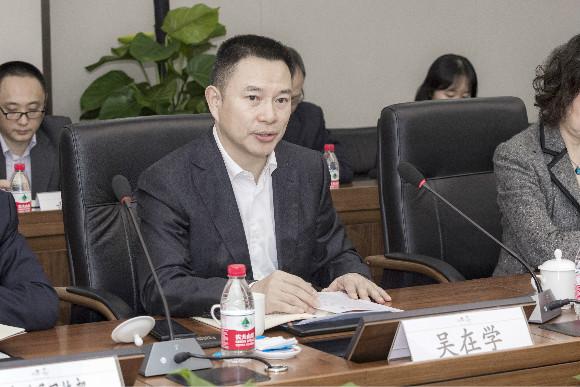重庆联通公司党委书记、总司理吴在学谈话。中国电信重庆公司供图华龙网发