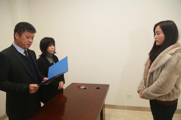 职务犯罪嫌疑人申瑞军、刘向奎回国投案图片
