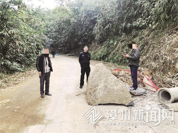 施工重型车损坏道路 村民石块堵路讨说法 民警调解纠纷