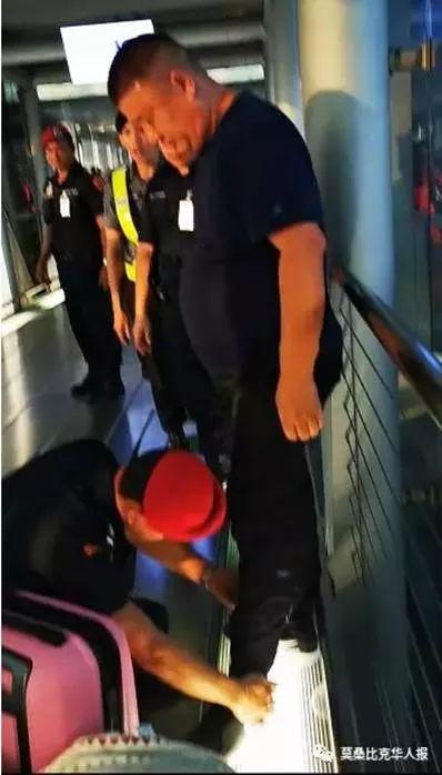 泰国机场警方要求所有乘客接受检查 图源:莫桑比克华人报微信公众号