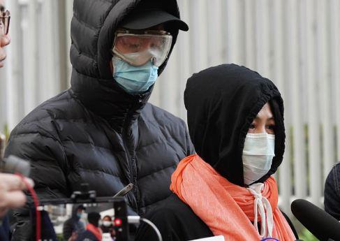 10日,该组织负责人(左)与失联男子家人(右)见记者。图源:港媒
