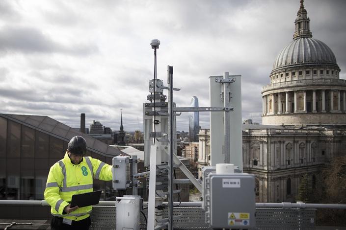 2019年3月,英国移动运营商EE在伦敦检查华为设备 图源:视觉中国