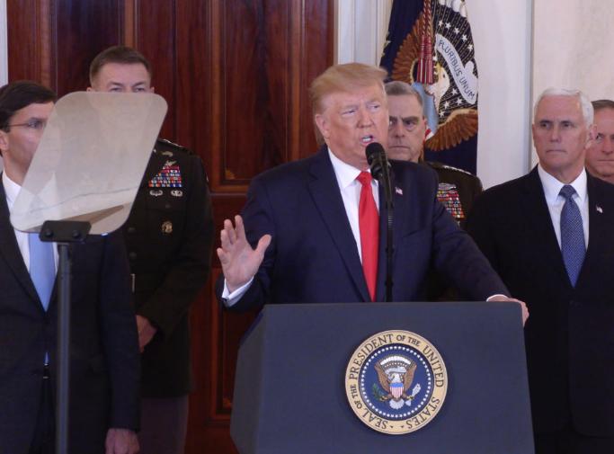 1月8日,美国总统特朗普(中)在华盛顿白宫发表电视讲话。(图源:新华社)