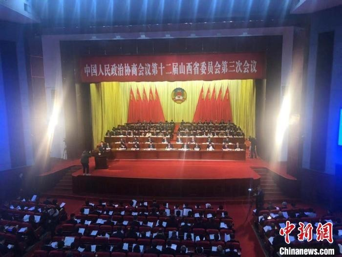 15日,山西省政协十二届三次会议第二次全体会议上,山西省政协委员薛金平正在发言。 李庭耀 摄