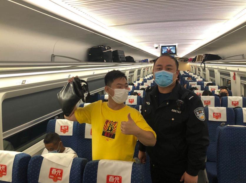 海南儋州铁警帮旅客及时找回遗失背包图片