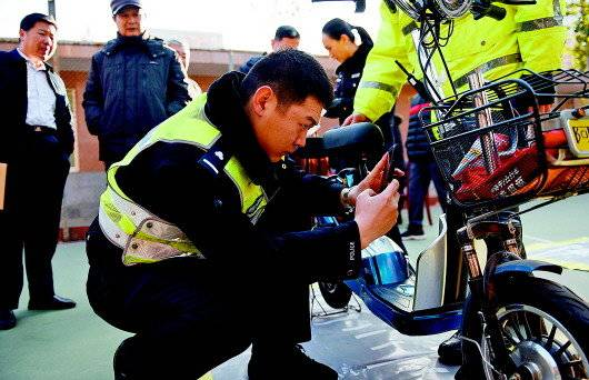 工作人员正在对前来挂牌的电动车进行查验。 历下交警供图