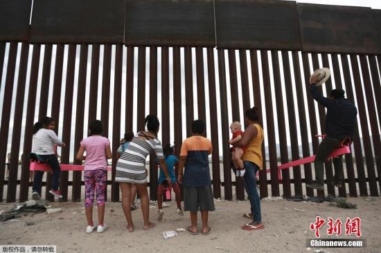2019年8月,美国加州两位教授利用美墨边境高墙的空隙,设置了横跨两国的跷跷板,跷跷板一边在美国,一边则在墨西哥,让美墨两边的大人小孩隔着高墙仍能一同玩耍。