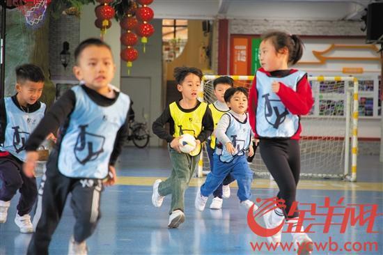 莞城中心幼兒園幼兒進行手球運動