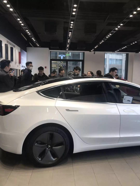 Model 3卖出了「白菜价」,特斯拉门店挤爆了